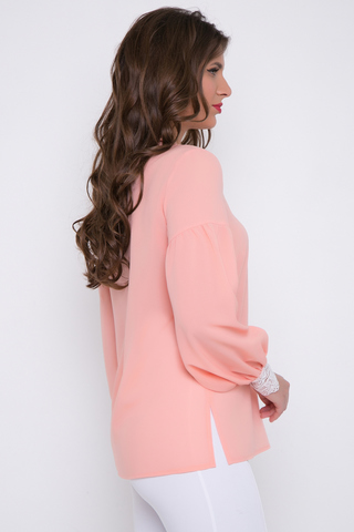 <p>Шикарная блузка для любого торжества. Свободный крой, V-образный вырез с отложным воротом. Длинный рукав, отрезной по линии ниже плеча на сборке. Пышный рукав к низу на эффектном кружеве. По бокам блузки разрезы. Длина блузки: 69см (рукав 58см)</p>