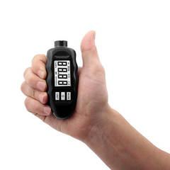 Толщиномер Carsys (Карсис) DPM 816 PRO в руке для соотношения размеров