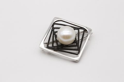 Серебряная брошь с жемчугом и эмалью 56021S1B