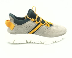 Мужские кроссовки серого цвета с яркой шнуровкой