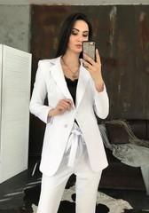 Классический пиджак на пуговицах. Белый