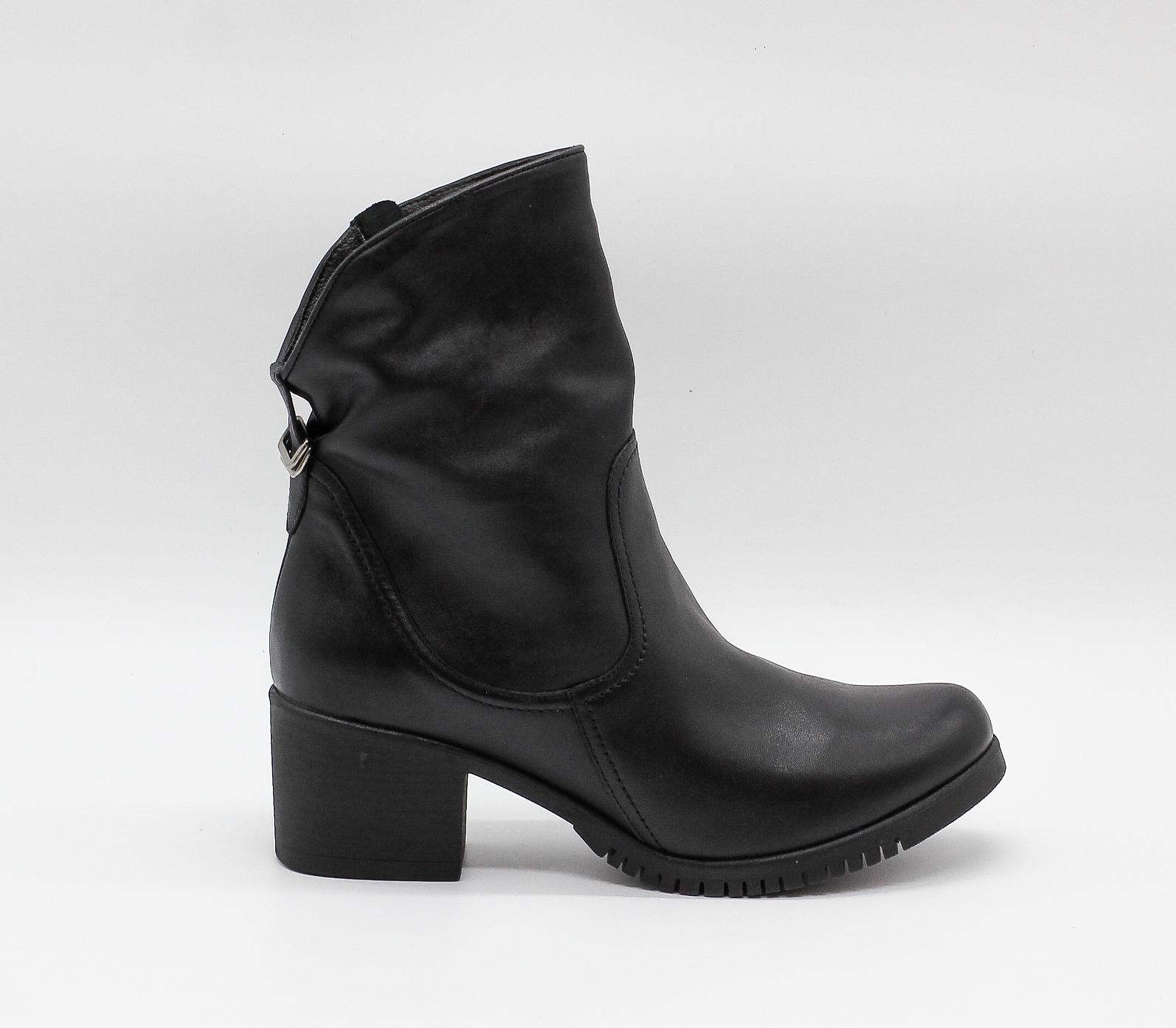 Черные кожаные полусапоги на устойчивом каблуке