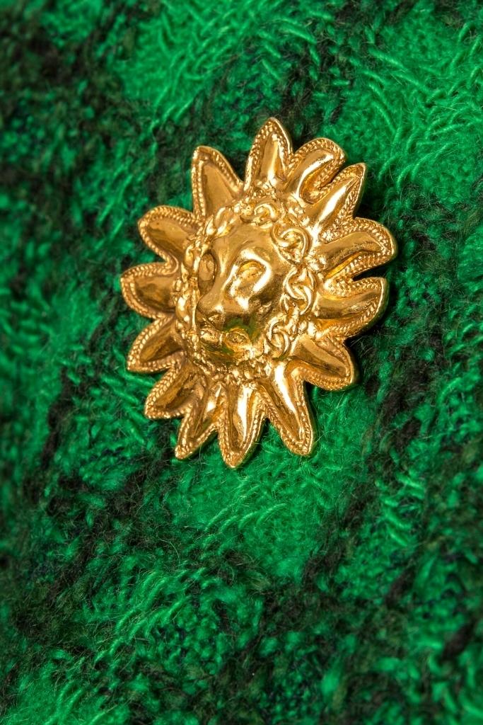 Стильный укороченный жакет из твида насыщенного зеленого цвета от Chanel, 34 размер.