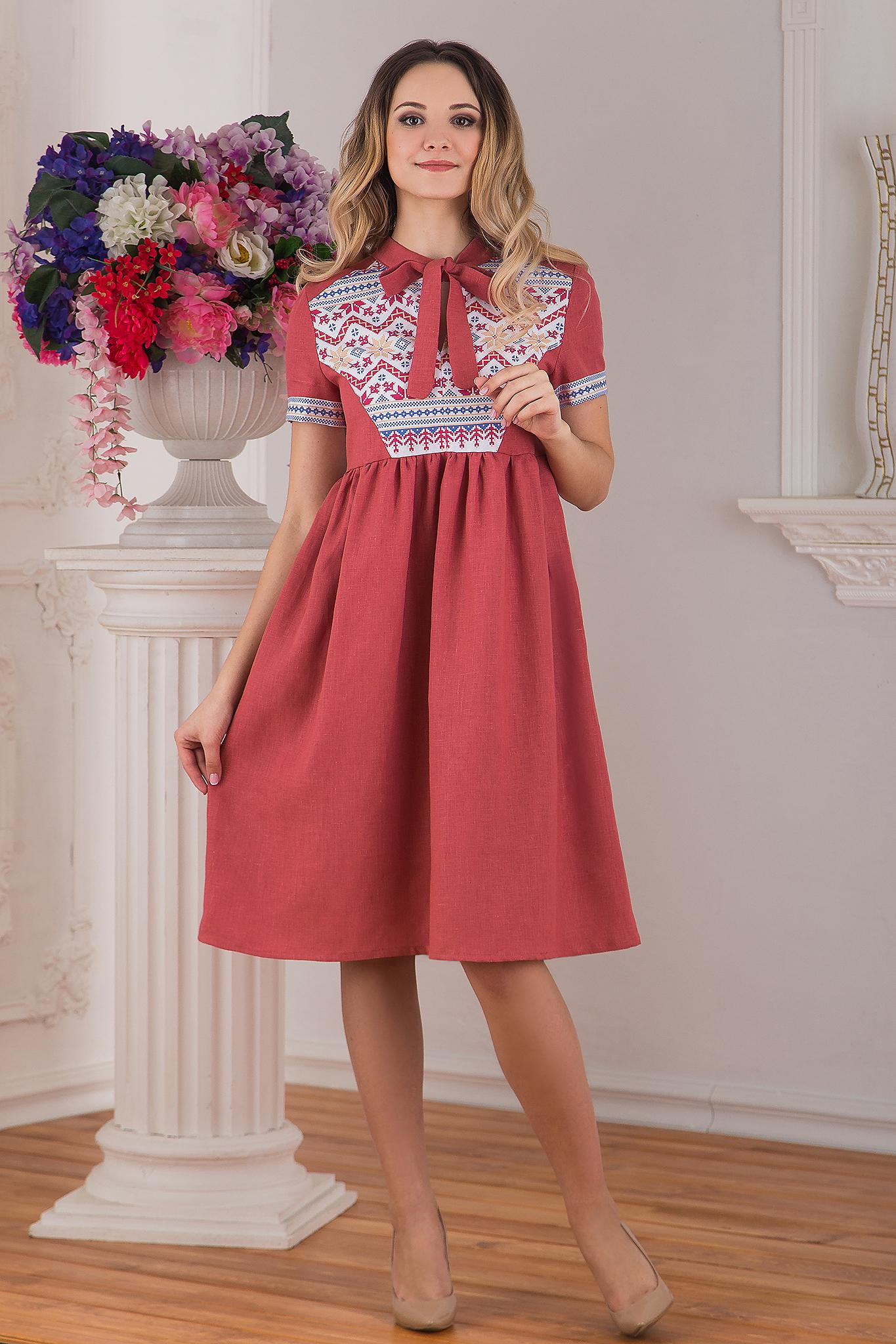 Современное русское льняное платье в стиле бохо розовое Каберне от Иванка полный рост