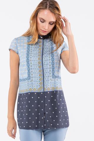 Фото прямая голубая блуза с воротником-стойкой и геометрическим рисунком - Блуза Г714-136 (1)