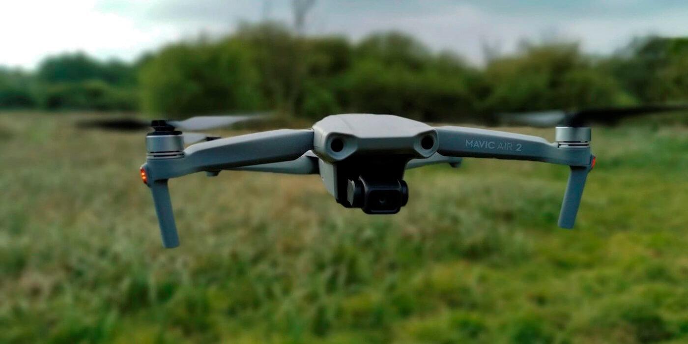 Квадрокоптер DJI Mavic Air 2 Fly More Combo в полете