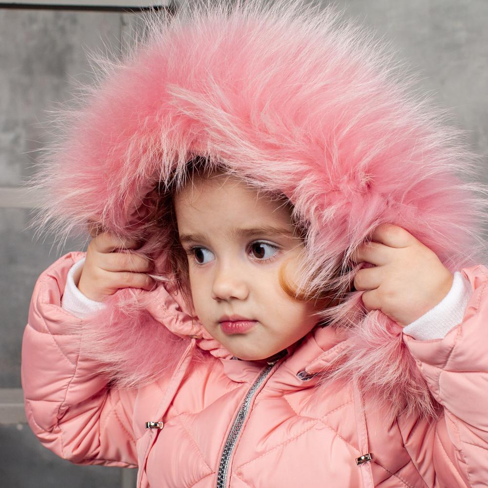 Детский однотонный зимний комбинезон розового цвета и съемной опушкой из натурального меха