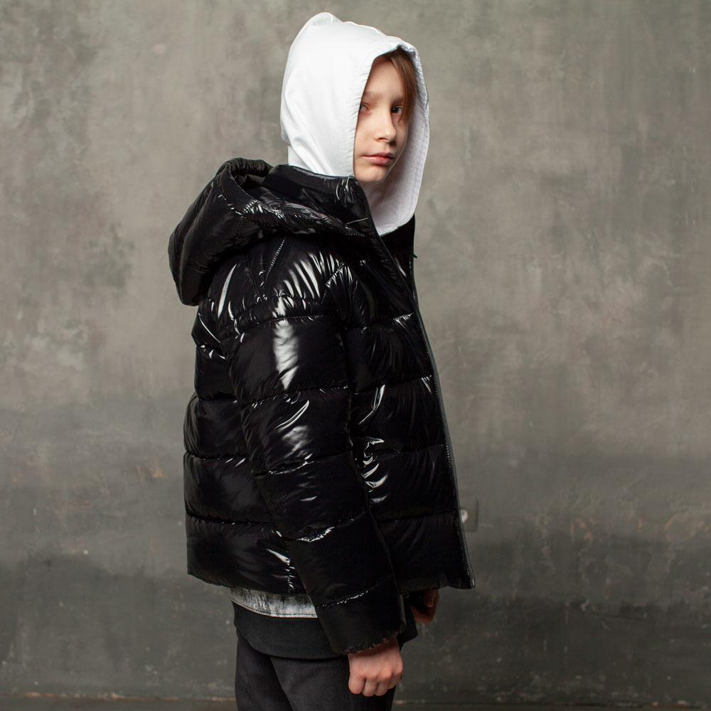 Демисезонная черная куртка на подростка из лаковой плащевки