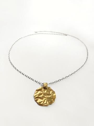 Серебряное колье с круглым позолоченным медальоном