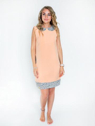 Платье персиковое с бежевым воротником