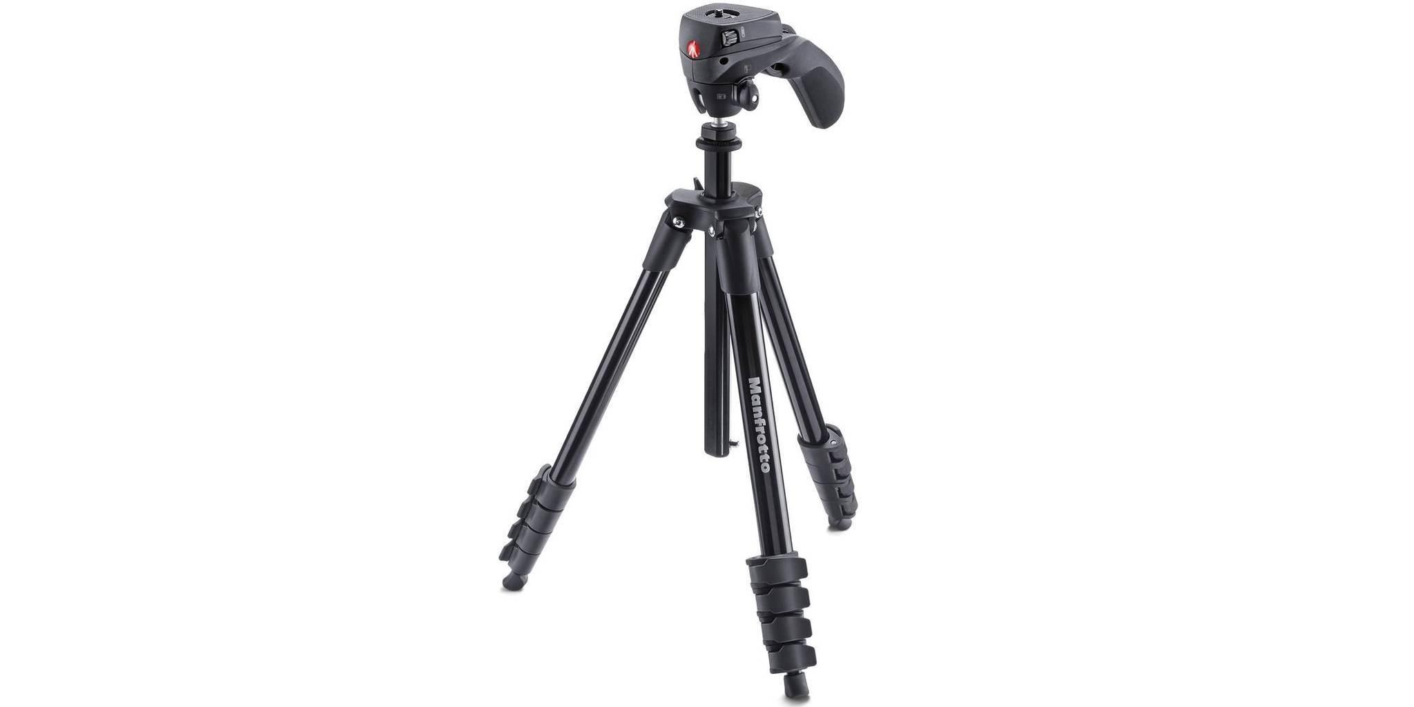 Штатив с фото- и видеоголовкой для фотокамеры Manfrotto Compact Action стоит на поверхности