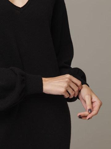 Женское черное платье с V-образным вырезом и объемными рукавами из 100% кашемира - фото 4