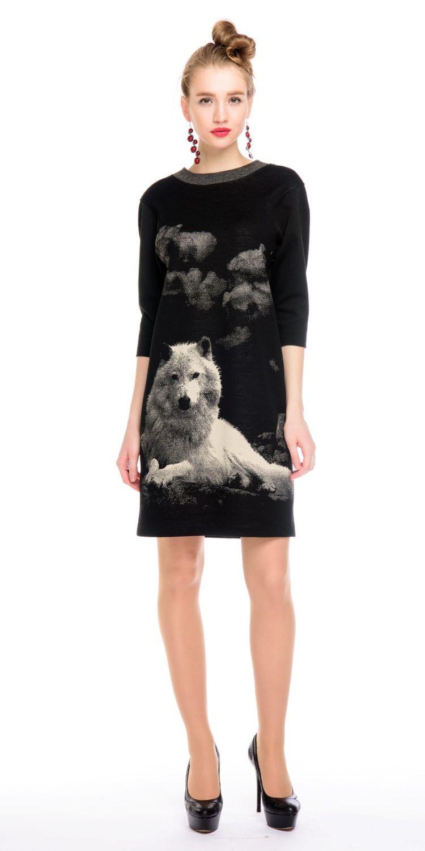 Платье З130-477 - Трикотажное платье свободной формы, слегка зауженное к низу. Произведено из качественного вискозного трикотажа производства Италии с оригинальным принтом. Спускное плечо, пройма расширенная, объем комфортный. Платье отлично дополнит любой образ в стиле casual.