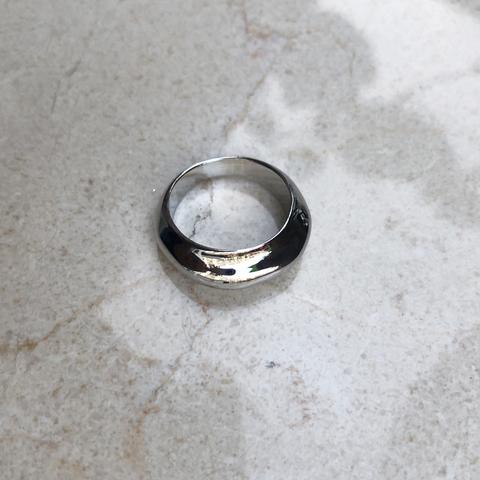 Кольцо неровной формы, серебряный цвет