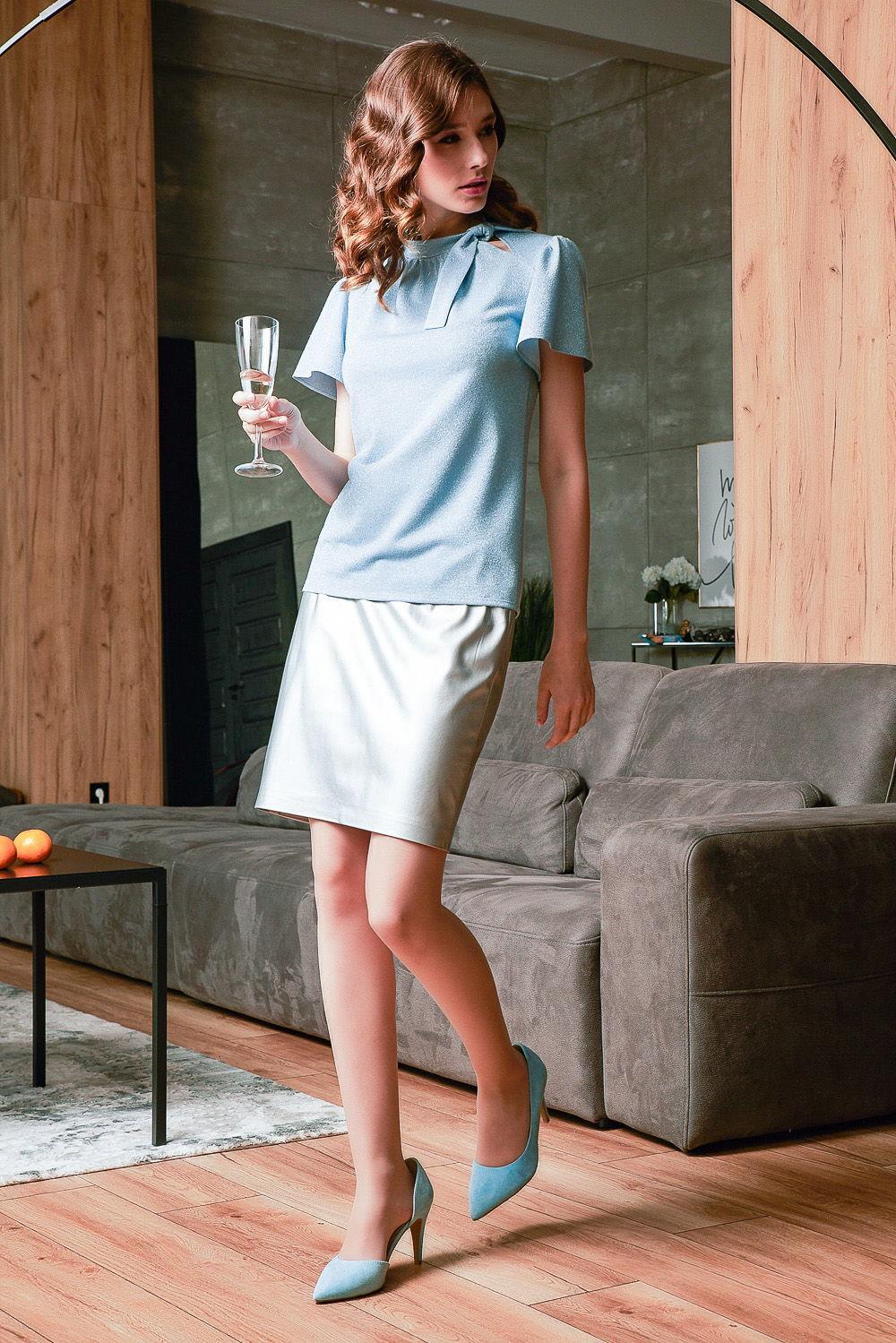 Блуза Г693-233 - Блуза поражает изысканностью и ноткой гламура. Нежный оттенок однотонного небесно-голубого цвета сочетается с легким ненавязчивым блеском.Блуза простого прямого кроя подойдет даже тем, у кого нет четкой линии талии. Притягательную уникальность модели придают втачные короткие рукава в форме колокола. Эффектно оформляет линию шеи изящный стойка-воротник, который сбоку переходит в узел и отрывает взору деликатный вырез.Интересная комбинация материалов ткани вискозы и полиэстера придает блузе надежность, неприхотливость, устойчивость к разрывам, растяжениям и деформации.С помощью этой модели из новой новогодней коллекции вы создадите одновременно простой и утонченный образ.