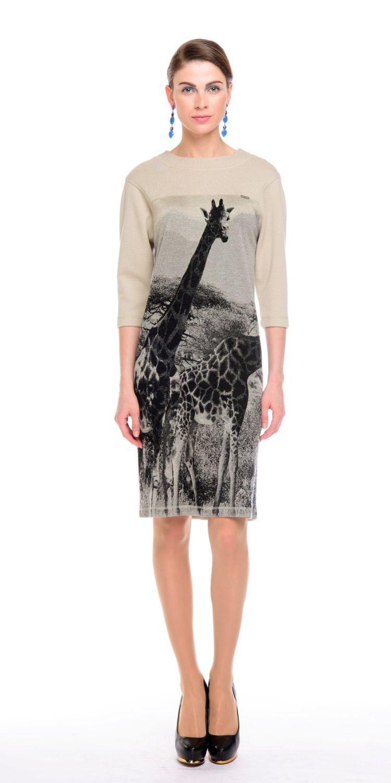 Платье З130а-417 - Трикотажное платье свободной формы, слегка зауженное к низу. Произведено из качественного вискозного трикотажа производства Италии с оригинальным принтом. Спускное плечо, пройма расширенная, объем комфортный. Платье отлично дополнит любой образ в стиле casual.