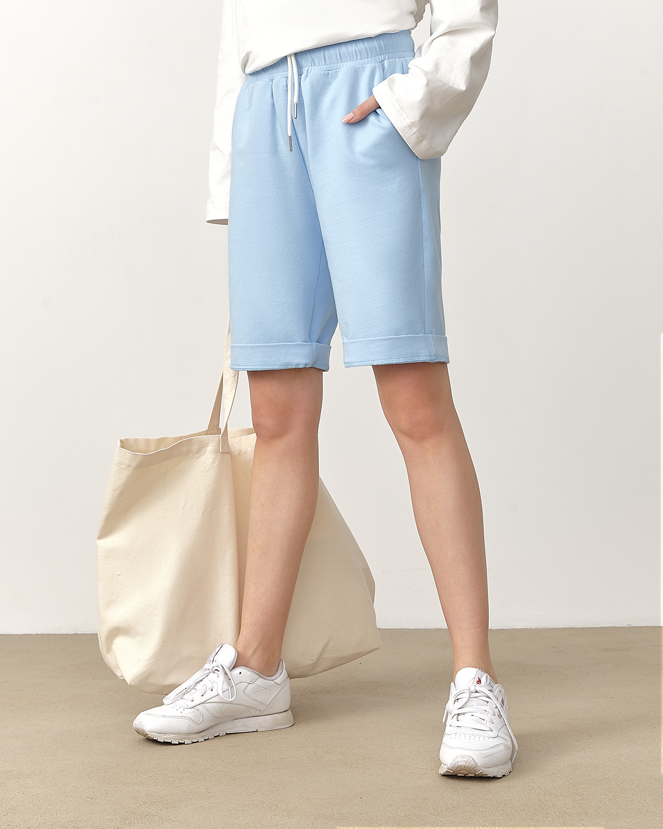 Спортивные шорты голубого цвета фото