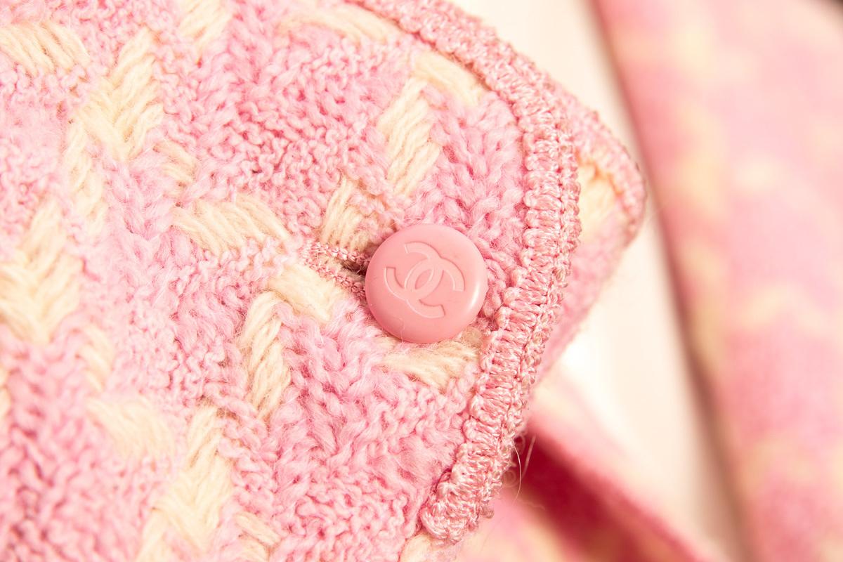 Нежно-розовый твидовый пиджак без подклада от Chanel, 38 размер
