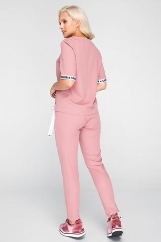 <p>Спортшик - это стиль, построенный на сочетании спортивных и гламурных вещей. Такой костюм можно одеть как с туфлями, так и с удобной спортивной обувью. Брюки на резинке с карманами, блузон свободного кроя и с модными элементами тесьмы.</p>