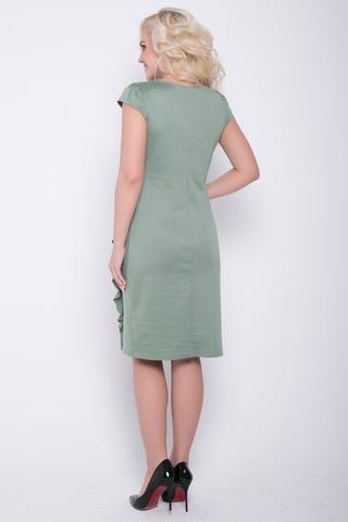 Элегантное платье приталенного силуэта из мягкого трикотажа.  По переду эффектные защипы в виде лучей. По боку волан. Рукав короткий.