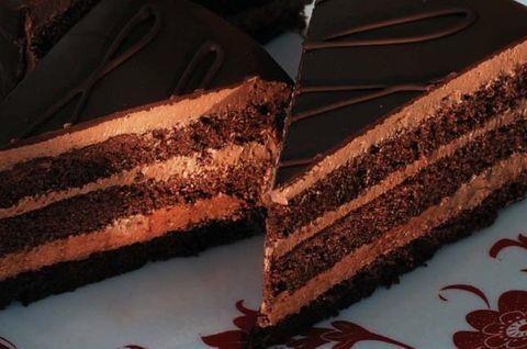 Торт Прага без глютена из фермерских продуктов, приготовлен в частной пекарни без использования глютена