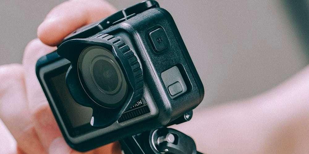 Бленда PGYTECH OSMO ACTION Lens Hood P-11B-016 в руках