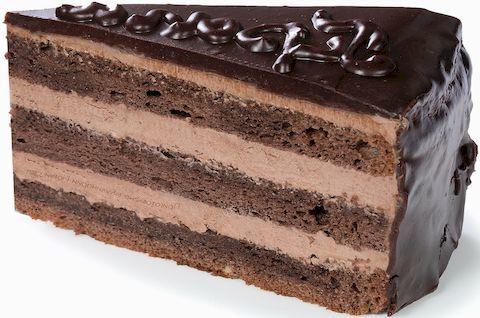 Кусок вкусного безглютенового торта Прага с разными слоями