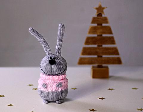 Зайчик в'язаний сірий в рожевому светрі