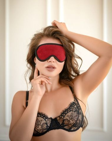 Красная сплошная маска на резиночке с черной окантовкой