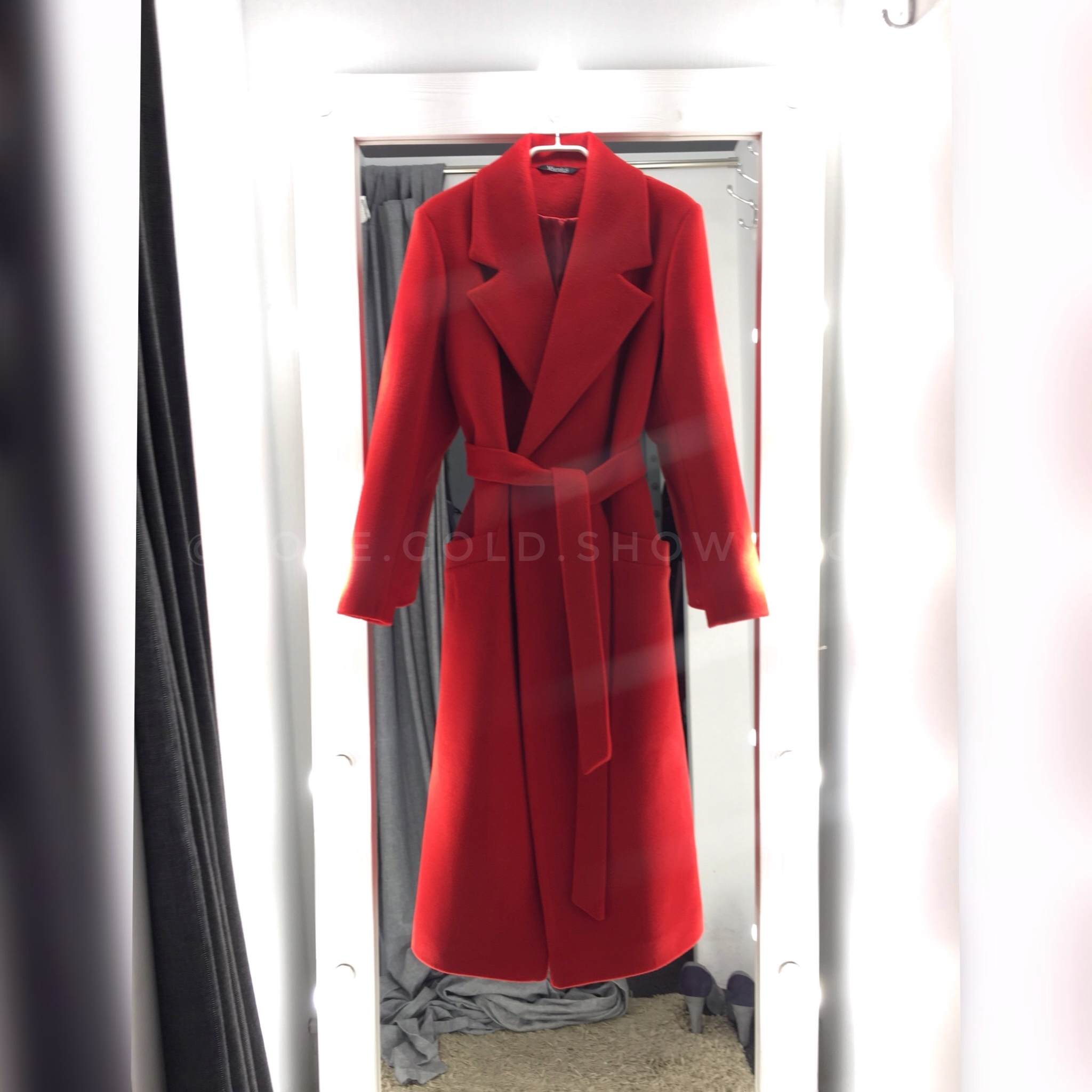 krasnoe-dlinnoe-palto