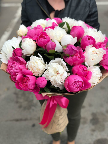 Букет из 51 пиона розовые и белые