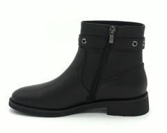 Черные кожаные ботинки с декоративным ремешком
