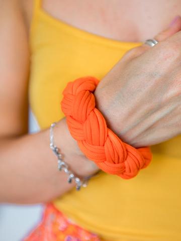 Браслет из трикотажной пряжи оранжевый