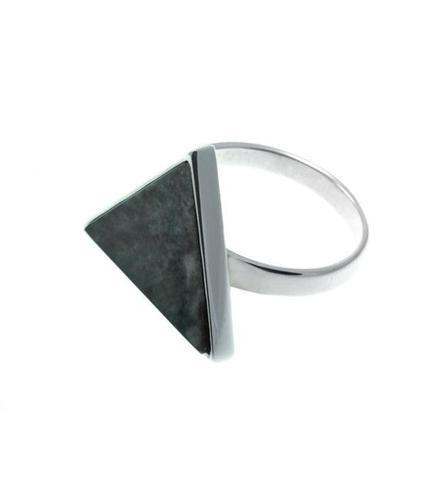 Серебряное кольцо с зеленым мрамором треугольной формы