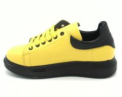 Желтые кожаные кроссовки на объемной черной подошве