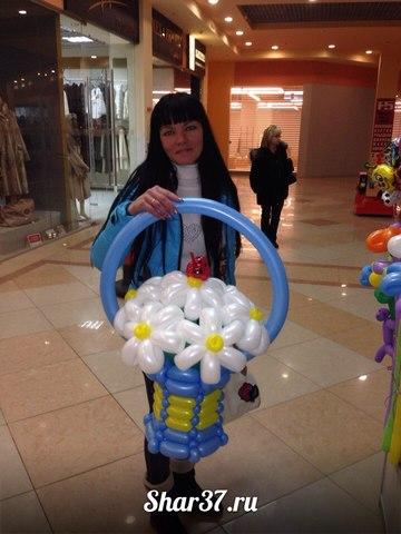 Корзинка из шариков голубая из 7 ромашек