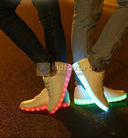 Светящиеся кроссовки с USB зарядкой Fashion (Фэшн) на шнурках, цвет белый, светится вся подошва. Изображение 21 из 29.