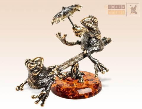 фигурка Лягушки на качелях на янтаре