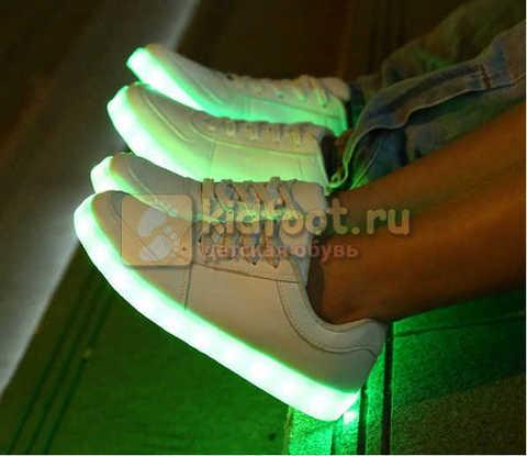 Светящиеся кроссовки с USB зарядкой Fashion (Фэшн) на шнурках, цвет белый, светится вся подошва. Изображение 25 из 29.