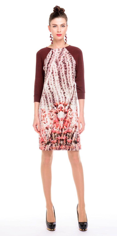 Платье З135-427 - Великолепное платье с ненавязчивым цветочным принтом озаряет вдохновением и оживляет образ в холодный зимний сезон.Трикотажное платье прямого силуэта с рукавом реглан 3/4 на манжете. Основная ткань с принтом имитирует крупную вязку. Контраст добавляют рукава из однотонной бордовой ткани-компаньона.Основной материал ткани вискоза обеспечивает эстетичный мягкий блеск поверхности, гигроскопичность, ткань хорошо пропускает воздух и не электризуется.Платье невероятно комфортное и уютное. Идеально для повседневной носки в осенне-зимний период.