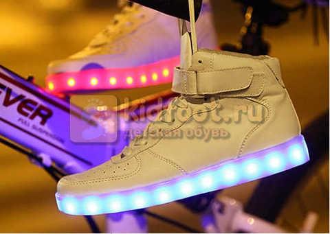 Светящиеся высокие кроссовки с USB зарядкой Fashion (Фэшн) на шнурках и липучках, цвет белый, светится вся подошва. Изображение 25 из 27.