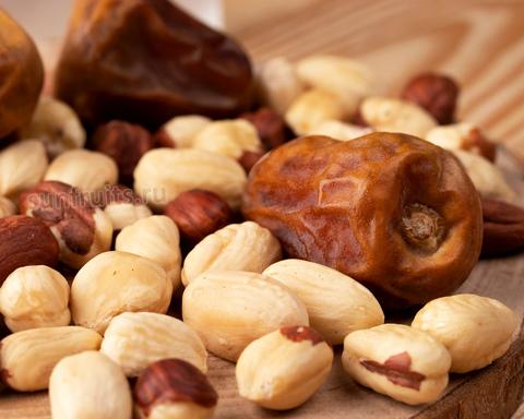 ореховая смесь с фундуком и фиником