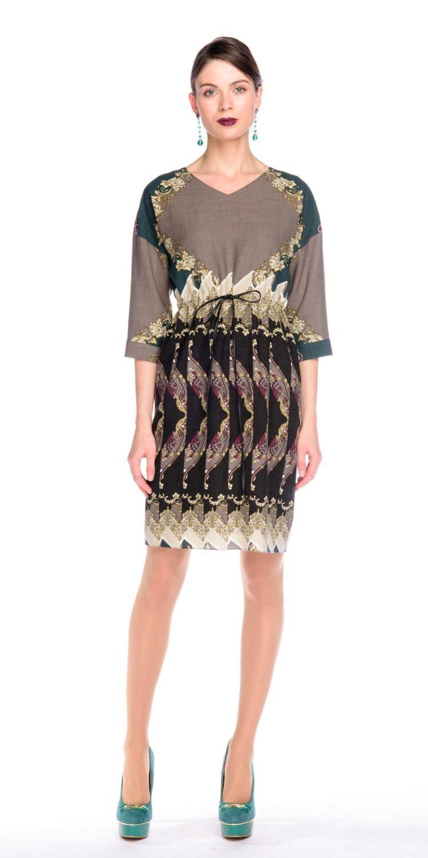 Платье З139а-513 - Платье прямого силуэта со спускным плечом и рукавом 3/4. Линия талии подчеркнуты кулиской. Ткань производства Италии. Роскошный принт зрительно стройнит фигуру и скрывает недостатки.