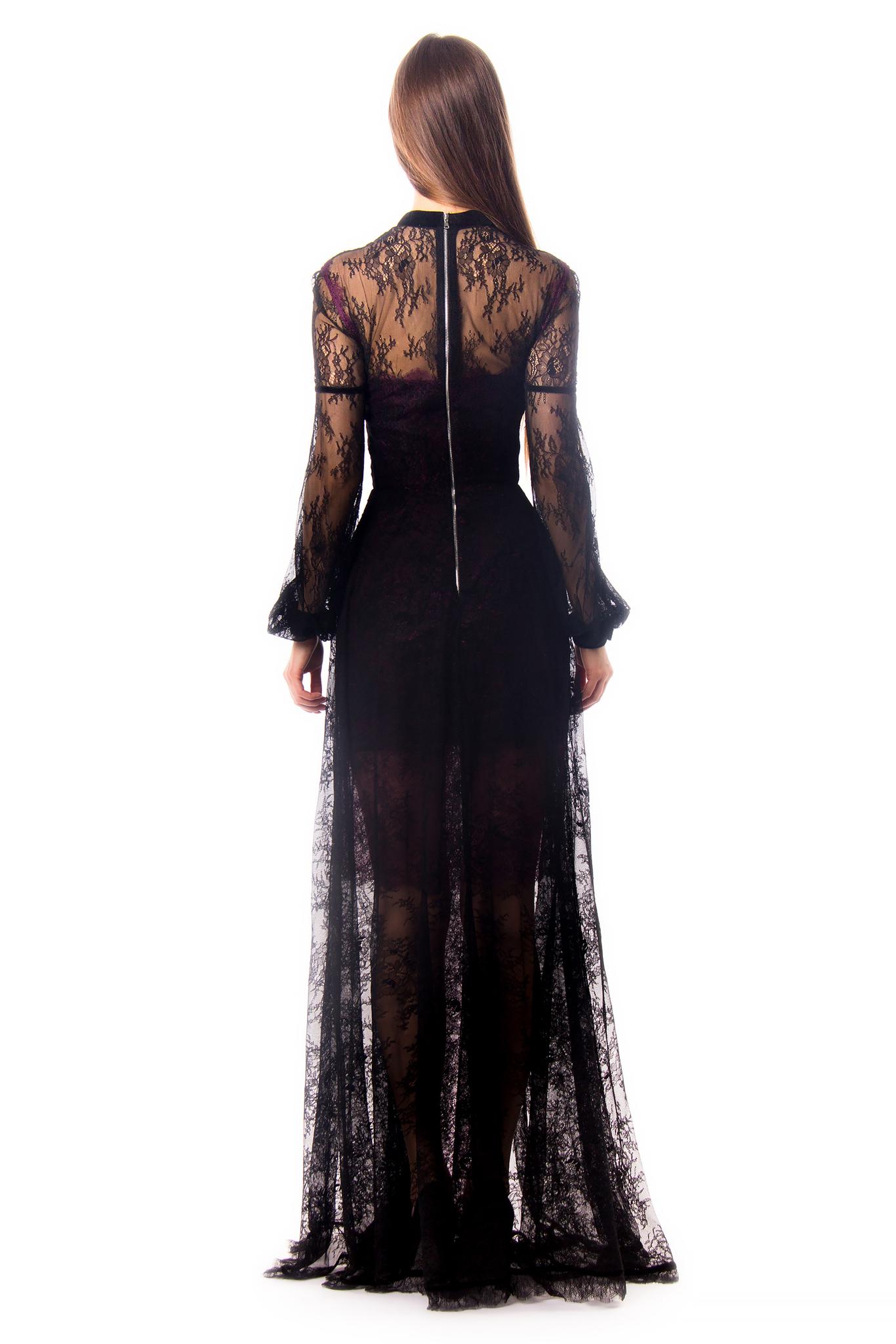 Черное кружевное платье с фиолетовым атласным подкладом