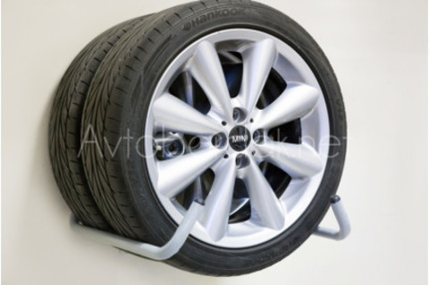 Настенный крюк — подставка для колес