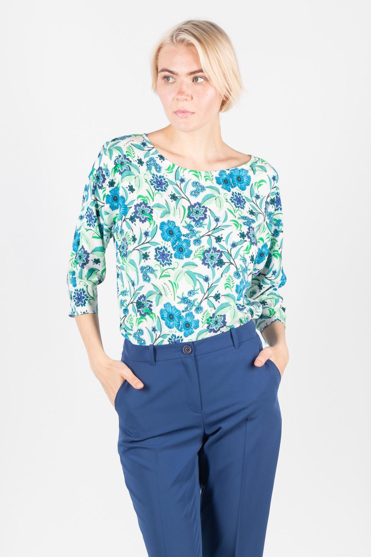 Блуза Г661-702 - Блуза с цветочным принтом в актуальных голубых оттенках отличается лаконичным дизайном, который позволяет включить ее в состав многих комплектов. Модель с круглым вырезом горловины и укороченными рукавами, прямой силуэт тактично очерчивает фигуру и не сковывает движений.
