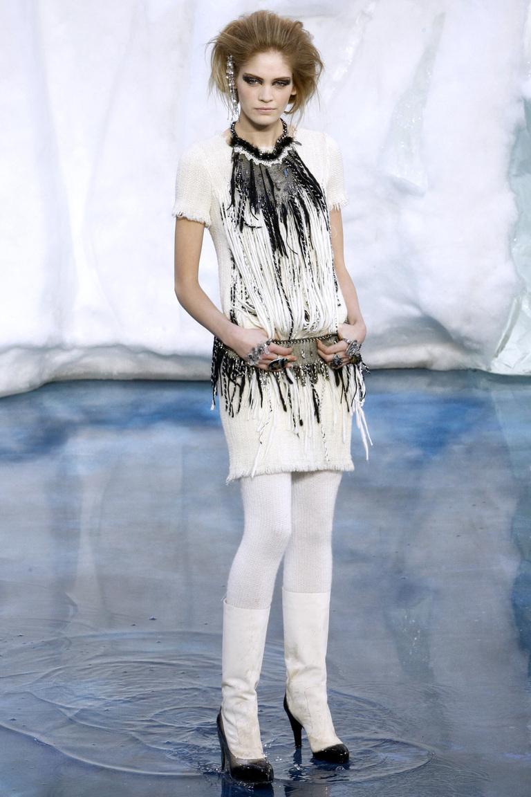 Роскошное платье кремового цвета с отделкой в виде от Chanel, 44 размер.