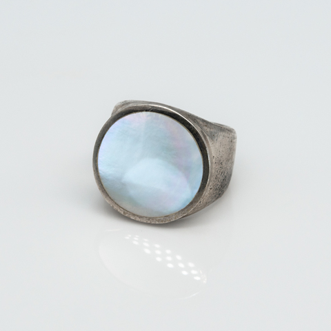 Кольцо-печатка с перламутром