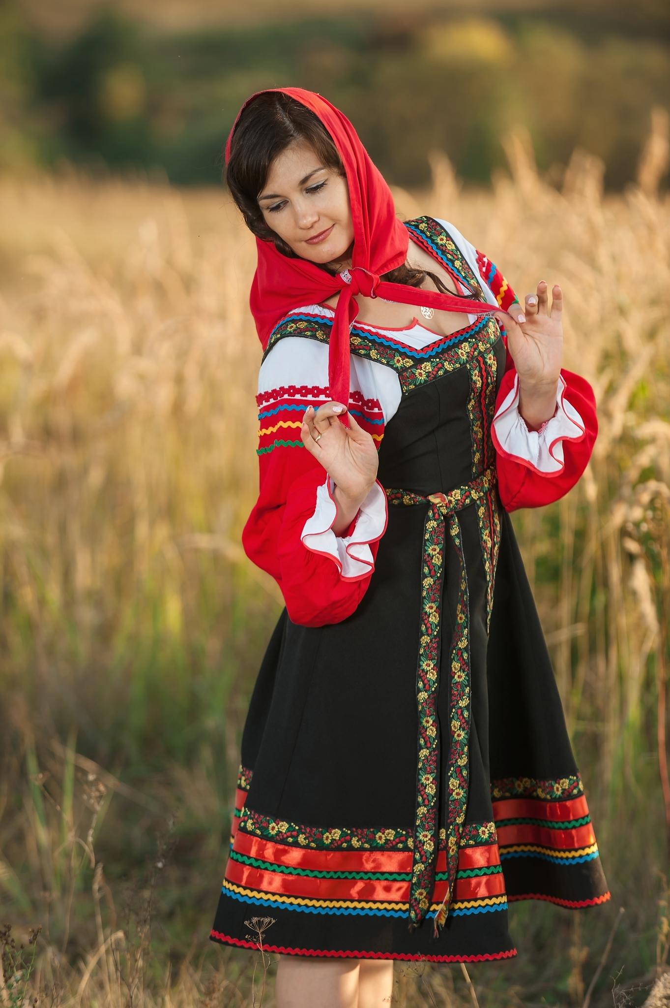 Русский народный костюм Черная смородина со стороны