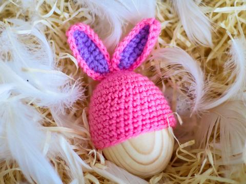 Великодній декор. Шапочка на крашанки - Кролик малиновий з фіолетовими вставками.